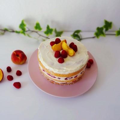 Naked-Cake mit Himbeeren und Pfirsichen