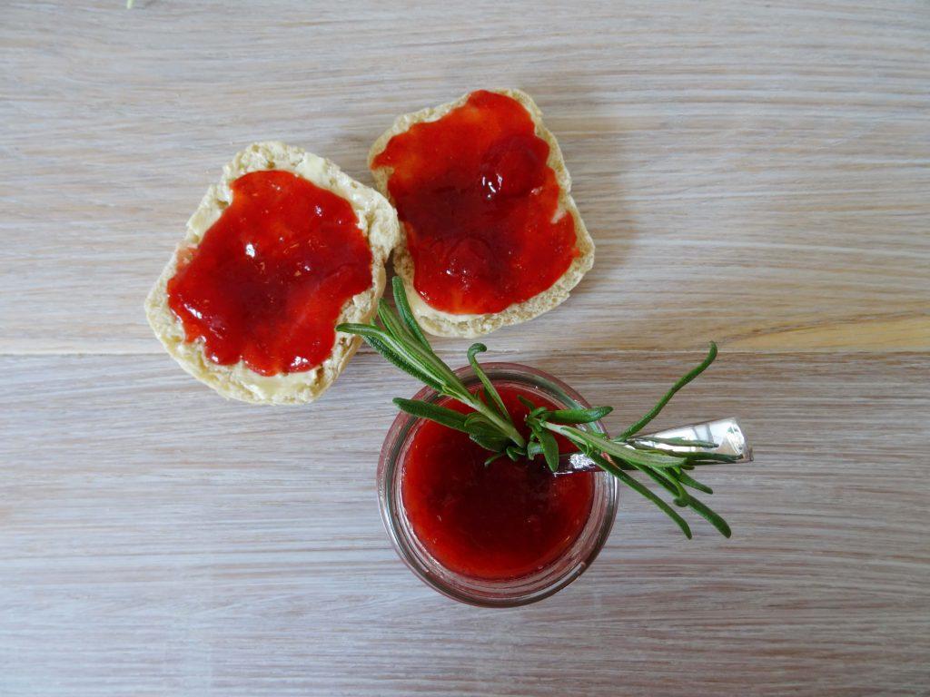 Brötchen mit Erdbeermarmelade