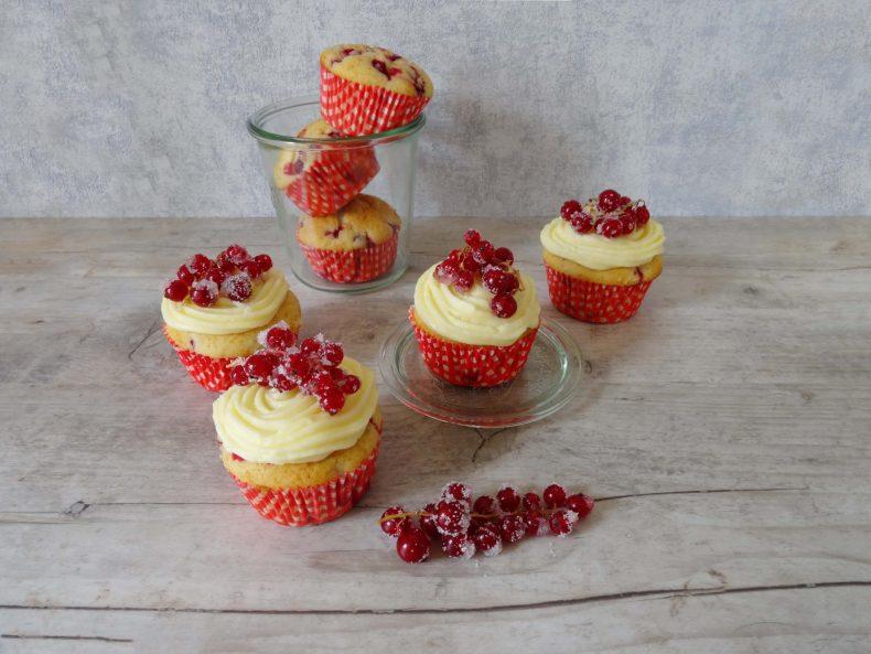 Johannisbeer-Muffins und Cupcakes