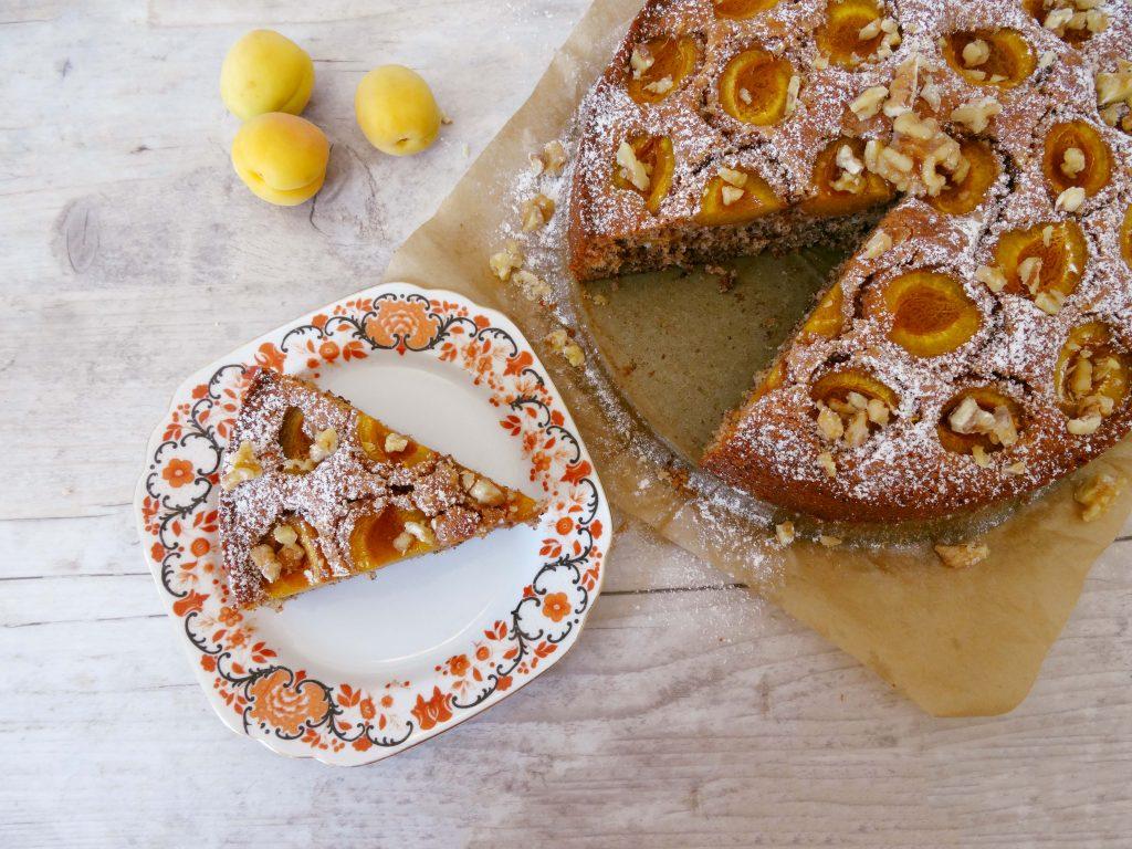 Kuchen mit Walnuss und Aprikosen