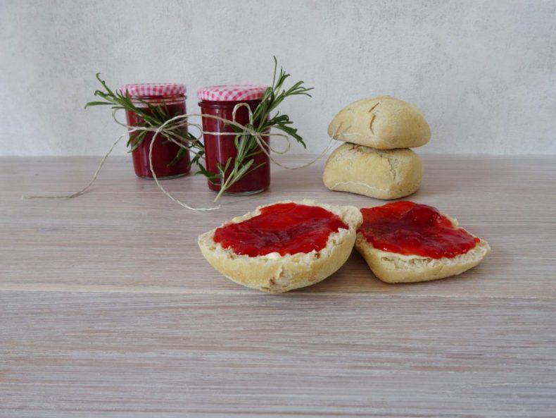 Erdbeermarmelade mit weißem Pfirsich und Rosmarin