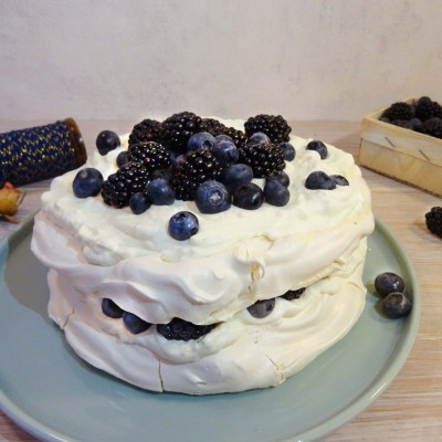 Pavlova-Torte mit Sahnecreme und Waldbeeren