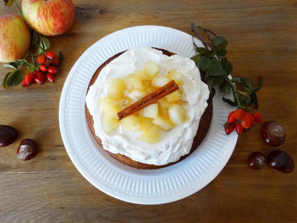Gewürzkuchen mit Apfelkompott und Zimtsahne2