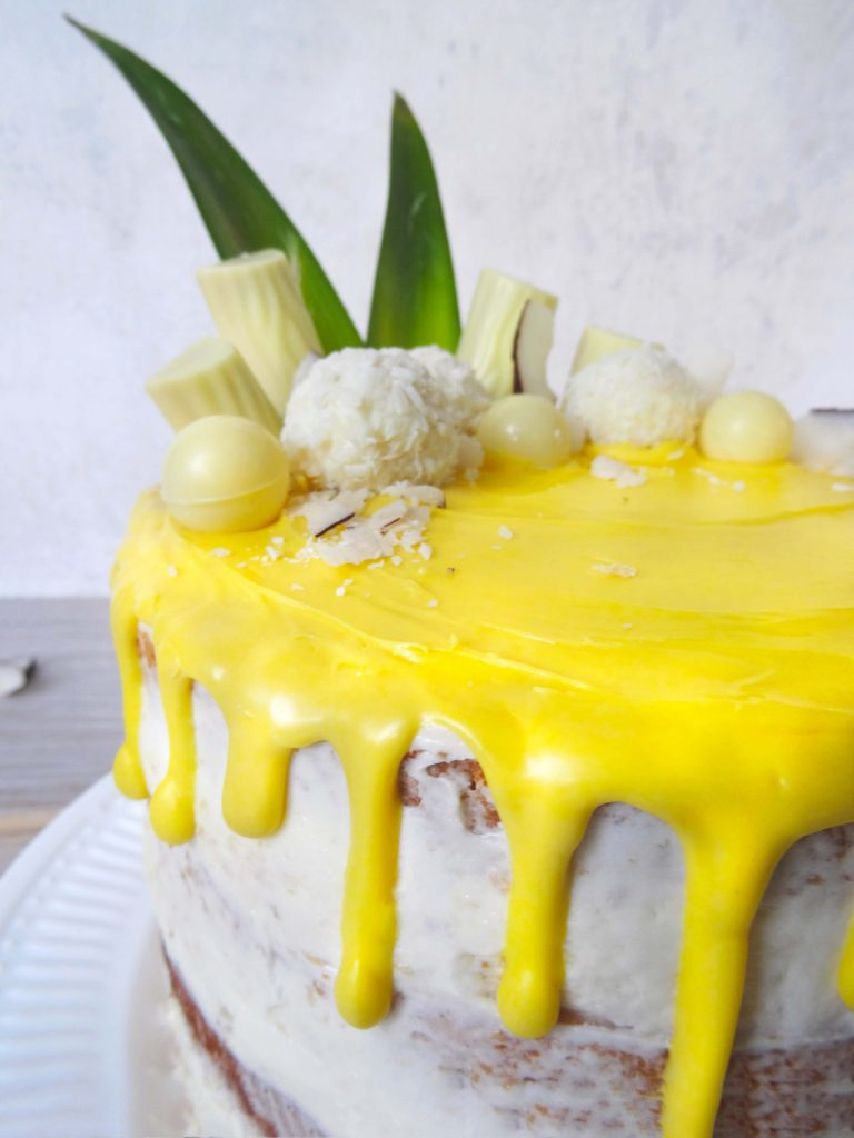 Pina Colada Torte mit Drip Dekoration