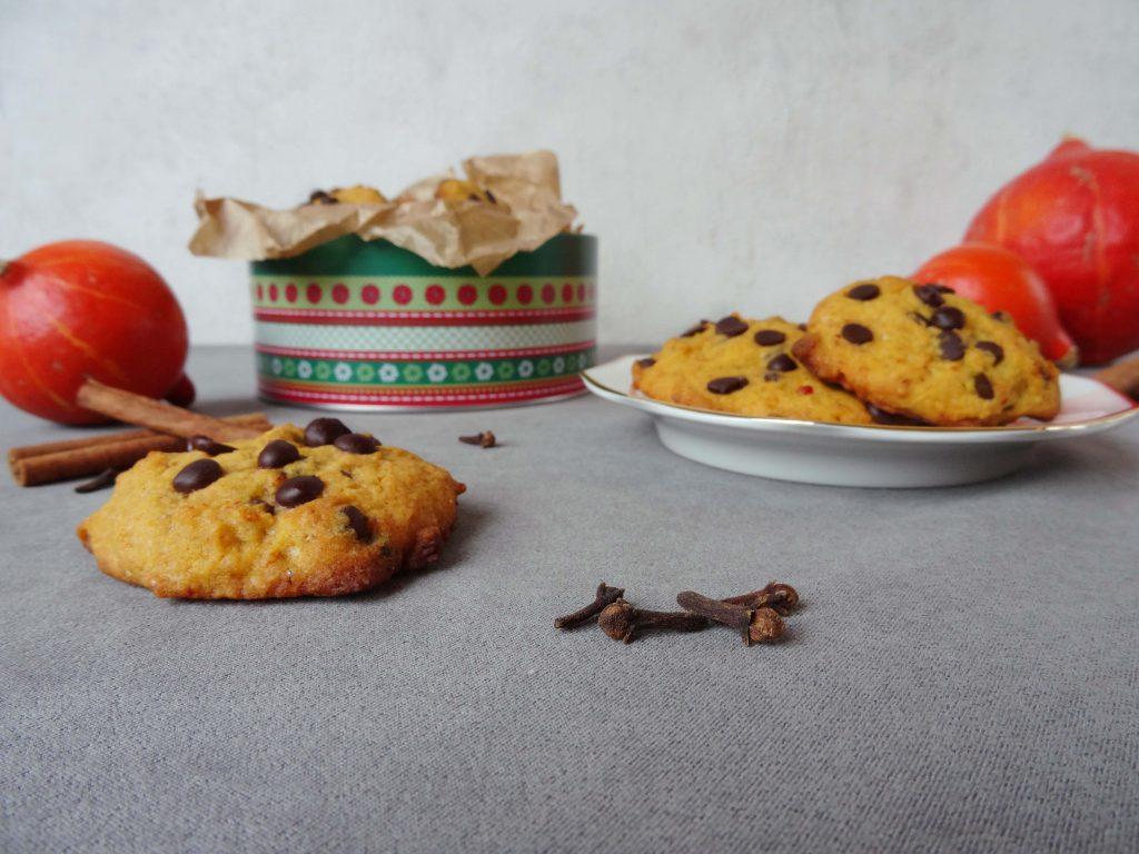 Kürbiscookies mit Gewürzen und Schokolade