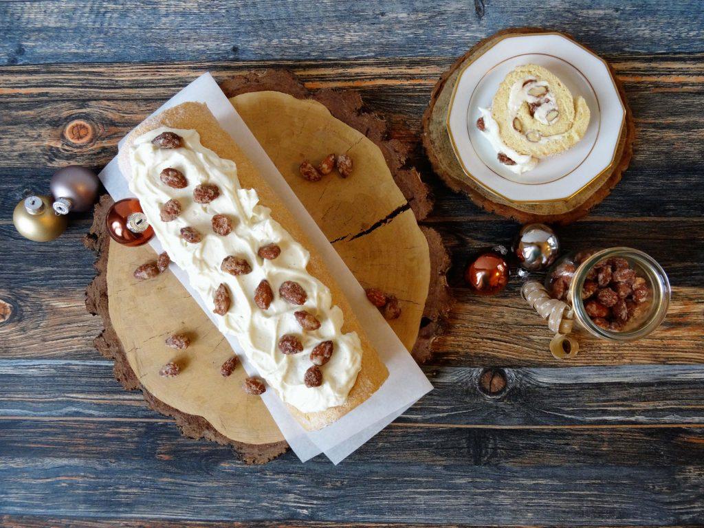 Biskuitrolle mit Sahne und Mandeln
